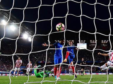 Gelandang Prancis, Antoine Griezmann, mencetak gol ke gawang Paraguay pada laga uji coba di Stadion Roazhon Park, Rennes (02/06/17). Prancis menang 5-0. (AFP/Frank Fife)