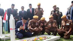 Presiden Joko Widodo bersama para veteran berdoa usai menabur bunga di TMP Cikutra, Bandung, Sabtu (10/11). Jokowi menabur bunga di atas makam sejumlah Pahlawan Nasional. (Liputan6.com/Angga Yuniar)