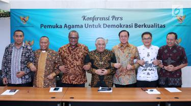 Utusan Khusus Presiden RI untuk Dialog dan Kerja sama antar Agama dan Peradaban, Din Syamsuddin (tengah) bersama perwakilan pemuka agama yang ada di Indonesia usai memberikan pernyataan di Jakarta, Selasa (10/7). (Liputan6.com/Helmi Fithriansyah)