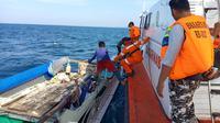 Tim Basarnas berupaya mengevakuasi KM Citra Harapan yang karam di Pelabuhan Bajoe, Kabupaten Bone, Sulsel (Liputan6.com/ Eka Hakim)