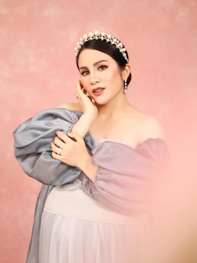 7 Gaya Momo Geisha saat Lakukan Maternity Shoot, Tampil Menawan