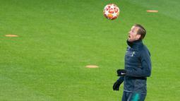 Striker Tottenham Hotspur, Harry Kane mengontrol bola dengan kepalanya saat mengikuti latihan di Dortmund, Jerman barat (4/3). Tottenham akan bertanding melawan Dortmund pada leg kedua babak 16 besar Liga Champions. (AFP Photo/Bernd Thissen)