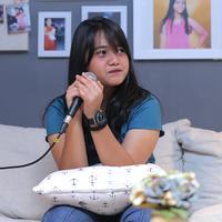 Berikut kisah Hanin Dhiya tentang lagunya yang jadi OST Dilan 1991. (Deki Prayoga/Fimela.com)