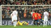 Bek Spanyol, Sergio Ramos (kedua kanan) berselebrasi usai mencetak gol lewat titik penalti selama pertandingan grup F babak kualifikasi Euro 2020 di stadion Mestalla, Valencia (23/3). Spanyol menang tipis atas Norwegia 2-1. (AP Photo/Alberto Saiz)