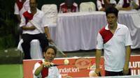 Legenda hidup bulutangkis Indonesia pasangan abadi Alan Budikusuma dan Susi Susanti saat berlaga dalam pertandingan eksebisi Bulutangkis peduli Merapi di GOR Manahan, Solo, Jateng. (Antara)