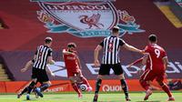 Mohamed Salah yang mencatatkan namanya di papan skor. Ia mencetak gol cepat melalui tendangan keras kaki kiri dari dalam kotak penalti. (Foto: AFP/Pool/David Klein)