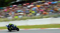 Pembalap Italia dari Movistar Yamaha, Valentino Rossi melaju kencang saat balapan MotoGP Catalunya di Sirkuit Catalunya di Montmelo, (17/6). Pembalap Jorge Lorenzo finis diurutan pertama dengan catatan waktu 40 menit 13,566 detik. (AFP PHOTO / Josep Lago)
