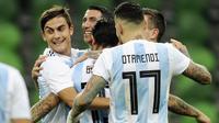 Pemain Argentina merayakan gol yang dicetak oleh Ever Banega ke gawang Nigeria pada laga persahabatan di Stadion FK Krasnodar, Rabu (15/11/2017). Argentina kalah 2-4 dari Nigeria. (AP/Sergey Pivovarov)