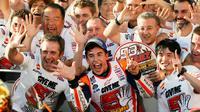 Pebalap Repsol Honda, Marc Marquez, merayakan gelar juara dunia MotoGP 2016 di Motegi, Jepang, Minggu (16/10/2016). (EPA/Kimimasa Mayama)