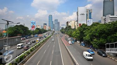 Jalan protokol menuju pusat perkantoran di wilayah Jakarta Pusat dan Jakarta Selatan terpantau lancar usai libur panjang Natal, Jakarta, Senin (28/12). (Liputan6.com/Yoppy Renato)