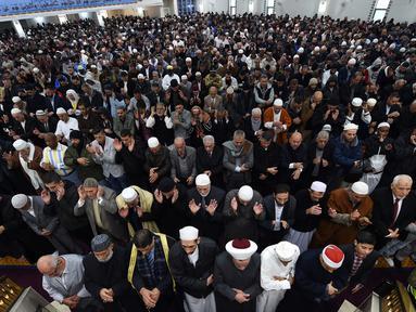 Sejumlah umat muslim Australia melakukan salat Idul Fitri di masjid Lekamba di bagian barat Sydney (25/6). Sejumlah negara menetapkan 1 Syawal 1438 H pada Minggu (25/6) setelah menunaikan 29 hari ibadah puasa. (AFP Photo/Saeed Khan)