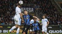 Bek Lazio, Francesco Acerbi, duel udara dengan striker Inter Milan, Matias Vecino, pada laga Serie A di Stadion Giuseppe Meazza, Minggu (31/3). Inter Milan takluk 0-1 dari Lazio. (AP/Antonio Calanni)