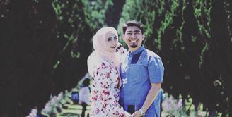 Pasangan Ustaz Solmed dan April Jasmine tangah menanti kehadiran buah hati. Pesinetron itu kini tengah hamil untuk kedua kalinya. Sebagai suami, ustaz Solmed akan memanjakan istrintya. (Instagram/apriljasmine85)