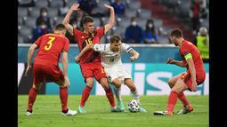 Nicolo Barella punya peran agresif, lihat saja golnya ke gawang Timnas Belgia pada perempat final. Pemain bertubuh mungil ini tiba-tiba ada di kotak penalti dan mencetak gol. Melawan Inggris, Barella punya kans besar mencetak gol. (Foto: AFP/Pool/Christof Stache)