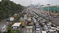 Kendaraan terjebak kemacetan di Tol Jagorawi, Jakarta, Selasa (29/11). Untuk mengurangi kepadatan, PT Jasa Marga (Persero) Tbk akan memberlakukan sistem transaksi terbuka di Jalan Tol Jagorawi mulai Juni 2017 mendatang. (Liputan6.com/Immanuel Antonius)