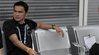 Pelatih Thailand, Kiatisuk Senamuang. (Bola.com/Nicklas Hanoatubun)