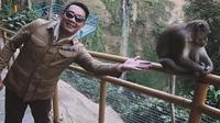 Gaya kocak Ridwan Kamil yang berusaha mengajak monyet untuk selfie. (dok. Instagram @ridwankamil/https://www.instagram.com/p/B2JRPU8Ay3R/Putu Elmira)