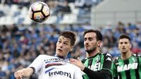 Striker Sampdoria, Patrik Schick, berebut bola dengan pemain Sassuolo, Alberto Aquilani pada laga lanjutan Serie A di Stadion Reggio Emilia, (15/04/2017). (EPA/Elisabetta Baracchi)