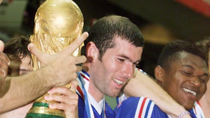 Zinedine Zidane ketika mengantarkan Prancis menjadi juara Piala Dunia 1998. (AFP/Gabriel Bouys)