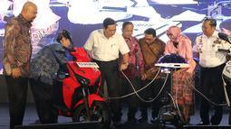 Menteri Koordinator Bidang Kemaritiman, Luhut Binsar Panjaitan (ketiga kiri) saat meresmikan gelaran Indonesia Electric Motor Show (IEMS) 2019 di Jakarta, Rabu (4/9/2019). Pameran khusus kendaraan listrik ini bertajuk Electric Vehicle for Smart Transpotation. (Liputan6.com/Helmi Fithriansyah)