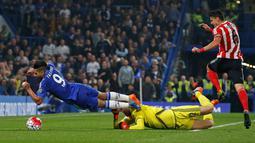 Pemain Chelseas Radamel Falcao terbang merebut bola dari kiper Southampton Maarten Stekelenburg  pada lanjutan Liga Premier Inggris di Stamford Bridge, Sabtu (3/10/2015). Chelsea kalah 1-3. Reuters / Paul Childs