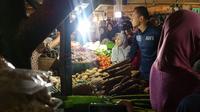 Agus Yudhoyono blusukan di Pasar Klender, Jakarta Timur (Nanda Perdana Putra/Liputan6.com)
