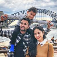 Sydney Harbour Bridge menjadi saksi harmonisnya keluarga Raffi Ahmad. Rafathar terlihat begitu bahagia menikmati suasana di Sydney, Australia. Dengan berada di pundak Raffi Ahmad, Rafathar bisa menikmati pemandangan Sydney dengan lebih jelas. (Liputan6.com/IG/@raffinagita1717)