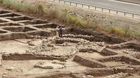 Para arkeolog menemukan sebuah sisa-sisa serta puing-puing dari sebuah kota yang berumur 5.000 , serta sebuah kuil ibadah yang berusia 7.000 tahun di Israel Utara pada Minggu (6/10/2019). (AFP/Jack Guez)