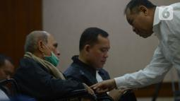 Terdakwa kasus kepemilikan senjata ilegal dan peluru tajam Kivlan Zen (kiri) saat menjalani sidang pembacaan eksepsi di PN Jakarta Pusat, Rabu (18/12/2019). Majelis hakim PN Jakarta Pusat menunda sidang Kivlan Zen hingga 2 Januari 2020 melihat kondisinya yang masih sakit. (merdeka.com/Imam Buhori)