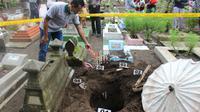 Inafis Polri mengolah TKP pembongkaran makam dan pencurian kain kafan bayi di Cilacap. (Foto: Liputan6.com/Polres Cilacap/Muhamad Ridlo)