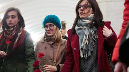 Sejumlah wanita ikut melakukan bela sungkawa atas tragedi bom yang meledak di stasiun kereta bawah tanah St. Petersburg, Rusia, Selasa (4/4). Dikabarkan 10 orang meninggal dalam tragedi tersebut. (AP Photo / Dmitri Lovetsky)