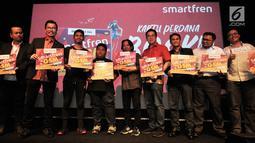 Deputy CEO Smartfren Djoko Tata Ibrahim didampingi jajaran direksi PT Smartfren Tbk. dan bintang tamu foto bersama saat peluncuran kartu perdana Bonus Kuota (Bosku) di Jakarta, Selasa (26/3). (merdeka.com/Iqbal S. Nugroho)