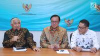Ketua Dewan Pertimbangan MUI, Din Syamsuddin (kiri) bersama perwakilan pemuka agama yang ada di Indonesia memberikan pernyataan di Jakarta, Selasa (10/7). Pernyataan terkait isu agama dalam demokrasi. (Liputan6.com/Helmi Fithriansyah)