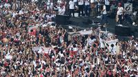 Grup musik Slank saat membawakan lagu pada kampanye akbar capres dan cawapres Joko Widodo (Jokowi)-Ma'ruf Amin di Stadion Utama GBK, Senayan, Jakarta, Sabtu (13/15). Pagelaran Konser Putih Bersatu dihadiri 500 artis, musisi, dan budayawan. (Liputan6.com/Angga Yuniar)