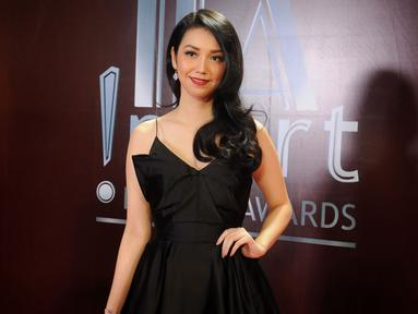 Velove Vexia terlihat menawan mengenakan gaun hitam pada acara Insert Award di Gedung TRANS TV, Tendean, Jakarta Selatan (KapanLagi.com/BayuHerdianto)