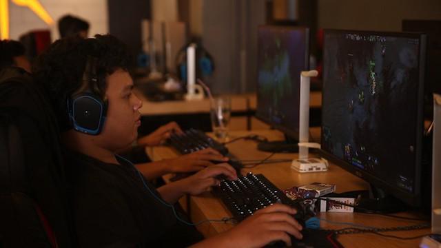 Video game online memiliki dua sisi bertentangan. Dapat mengedukasi dan mengasah kreatifitas, sekaligus berisiko merusak otak pecandunya.