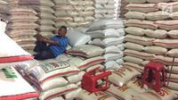 Pekerja beristirahat di Pasar Induk Beras Cipinang, Jakarta, Senin (15/1). Wagub Sandiaga Uno mengatakan Pemprov DKI akan selalu membeli beras Sulawesi dan Banten karena lebih memprioritaskan beras dari petani. (Liputan6.com/Immanuel Antonius)