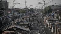 Kampung kumuh terlihat di sepanjang jalur kereta api di kawasan Senen, Jakarta, (26/9/14). (Liputan6.com/Faizal Fanani)