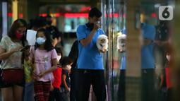 Warga berdiri di depan salah satu toko hewan peliharaan di Jakarta, Kamis (29/10/2020). Sejumlah toko hewan peliharaan sepi pelanggan akibat DKI Jakarta masih memberlakukan PSBB transisi untuk memutus penyebaran COVID-19. (merdeka.com/Imam Buhori)