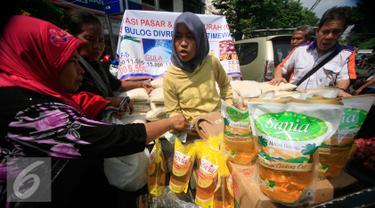 Sejumlah pembeli berbelanja pada operasi pasar murah Bulog DIY di pasar Beringharjo, Yogyakarta, (25/5). Operasi pasar tersebut di jual bererapa bahan kebutuhan pokok diantaranya,beras,minyak goreng di bawah harga pasaran. (Liputan6.com/Boy Harjanto)