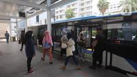 Penumpang turun dari bus Transjakarta di Halte Bundaran HI, Jakarta, Senin (12/10/2020). Sejumlah halte yang rusak pascademo Undang-Undang Cipta Kerja pada Kamis (8/10) sudah dapat digunakan kembali, salah satunya yakni halte Bundaran HI. (Liputan6.com/Herman Zakharia)