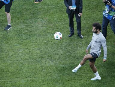 Gelandang Liverpool, Mohamed Salah saat bermain bola dengan seorang anak tanpa kaki saat sesi pelatihan jelang bertanding melawan Chelsea pada Piala Super Eropa 2019 di Stadion Taman Besiktas, di Istanbul (13/8/2019). (AP Photo/Lefteris Pitarakis)
