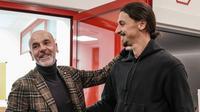 Zlatan Ibrahimovic (kanan) saat bertemu pelatih AC Milan Stefano Pioli di markas AC Milan, Italia, Kamis (2/1/2020). Datang untuk kedua kalinya, eks Manchester United itu ingin menjadi pahlawan bagi AC Milan. (Claudio Furlan/LaPresse via AP)