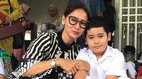 Sibuk dengan segala aktivitasnya menjadi penyanyi dangdut dang pebisnis, Inul Daratista ternyata tetap menjalankan kewajiban utamanya sebagai ibu. Terlihat dalam foto-foto bersama anaknya berikut ini. (Instagram/inul.d)