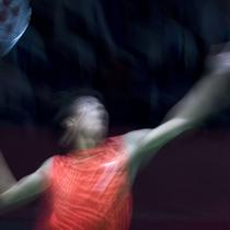 Aksi Dheva Anrimusthi saat melawan Suryo Nugroho dalam perebutan medali emas di cabang bulutangkis nomor tunggal putra SU5 pada Asian Para Games 2018 di Istora Senayan, Sabtu (13/10/2018).  (Bola.com/Peksi Cahyo)