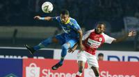 Pemain Persib Bandung, Ardi Idrus, menyundul bola saat melawan Persipura Jayapura pada laga Liga 1 2019 di Stadion Si Jalak Harupat, Bandung, Sabtu (18/5). Persib menang 3-0 atas Persipura. (Bola.com/M Iqbal Ichsan)