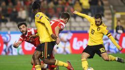 Aksi Eden Hazard melepaskan tembakan pada laga perdana Kualifikasi Piala Eropa 2020 Grup I yang berlangsung di Stadion Roi Baudouin, Brussels, Jumat (22/3). Belgia menang 3-1 atas Rusia. (AFP/John Thys)