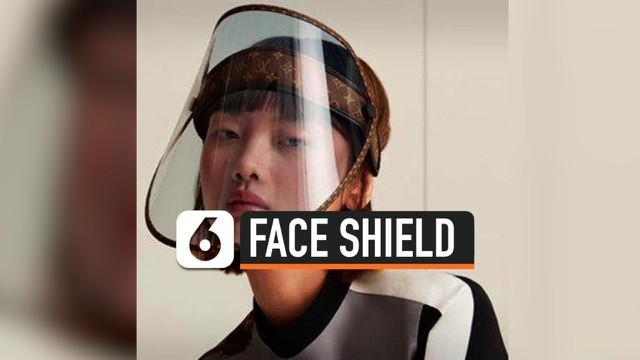 Rumah mode asal Paris, Louis Vuitton, rencananya akan merilis face shield untuk koleksi cruise terbaru mereka di tahun 2021. Face shield dengan cetakan monogram ala LV tersebut dijual seharga $961 atau sekitar Rp 14 juta.