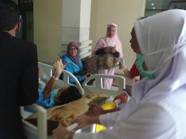 Julia Perez menyapa awak media usai menjalani pemeriksaan MRI di RSCM, Jakarta, Rabu (28/12). Sebelumnya, Julia Perez diketahui telah di vonis dokter, bahwa ia tengah terkena kanker serviks stadium 4. (Liputan6.com/Herman Zakharia)