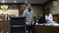 Tersangka kasus dugaan korupsi e-KTP, Markus Nari saat jeda menjadi saksi pada sidang lanjutan dugaan korupsi E-KTP  dengan terdakwa Irvanto H Pambudi dan Made Oka Masagung di Pengadilan Tipikor, Jakarta, Selasa (25/9). (Liputan6.com/Helmi Fithriansyah)
